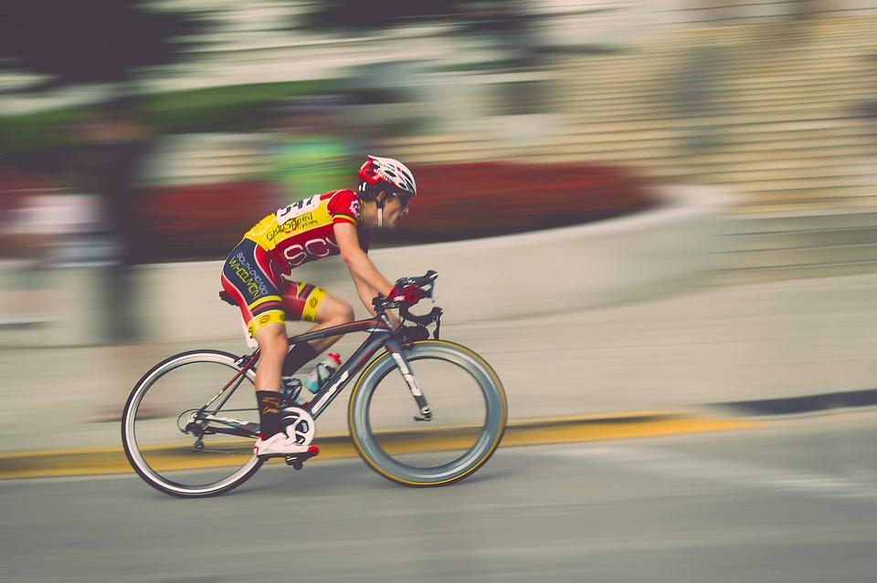 Věděli jste, že v cyklošortkách se jezdí jedině naostro?